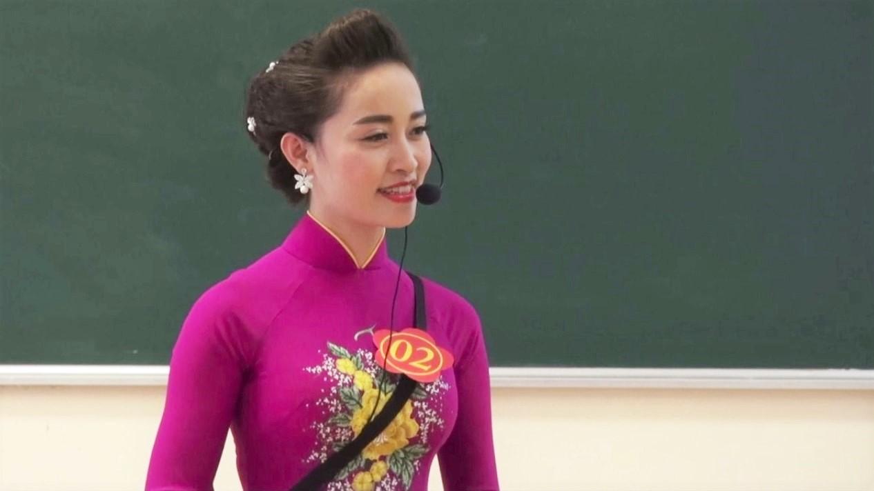 Cô giáo xử trí cảnh học sinh vo bài kiểm tra ném lên bục giảng