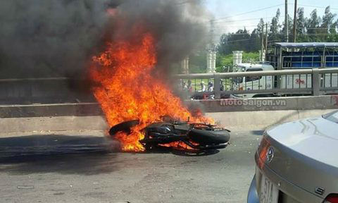 BMW đột ngột bốc cháy, tài xế nguy kịch