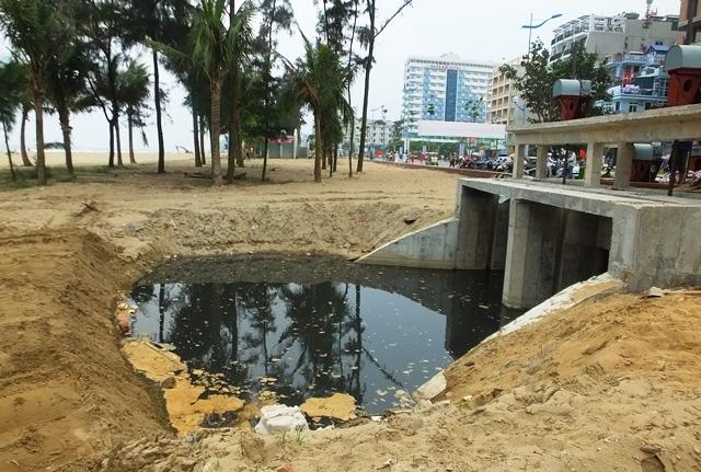 Lãnh đạo Sầm Sơn phân trần vệt nước thải đen xả ra bãi tắm