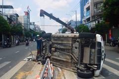 Tài xế hoảng loạn kêu cứu trong xe 4 chỗ bị lật ở Sài Gòn
