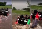 Phút nguy kịch của 2 em bé khi ô tô lật ngửa trong lốc xoáy