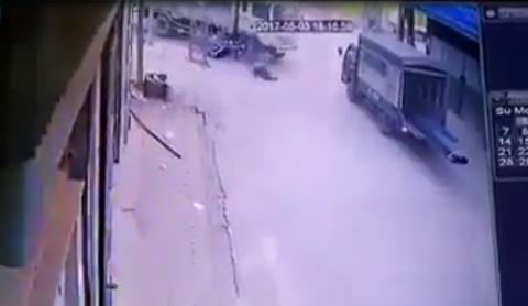 Thanh niên chạy xe máy lao thẳng vào bánh xe tải
