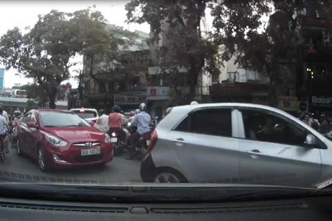 Hành động của tài xế được nhường đường khiến dân mạng ngỡ ngàng