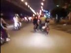 """1 người """"cân"""" 3 xe, hành động chứa đựng nhiều hiểm nguy trên phố"""