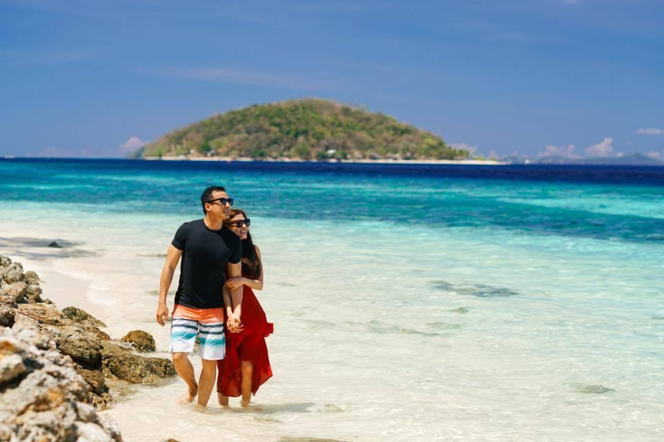 Vợ chồng Lương Thế Thành - Thúy Diễm tình tứ trên biển