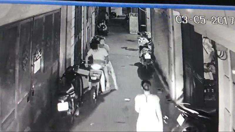 Hà Nội: Vợ chồng đưa bé gái đi trộm túi xách