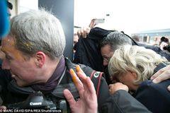 Ứng viên tổng thống Pháp hứng 'mưa trứng sống'