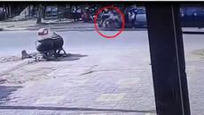 Mở cửa ô tô bất cẩn gây tai nạn, tài xế thản nhiên phóng xe bỏ đi