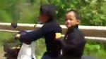 Thót tim hai đứa bé chạy xe máy, phóng như bay trên đèo
