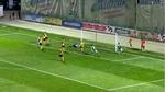 Video cầu thủ đá phản lưới nhà như bán độ