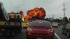 Máy bay xẹt qua đường, nổ tung trên đầu hàng loạt ô tô