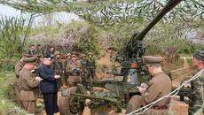 Kim Jong Un đến sát Hàn Quốc duyệt pháo hạng nặng