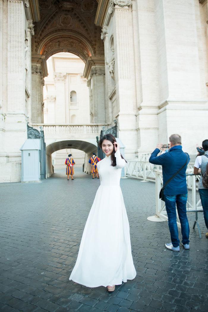 Á hậu Thùy Dung mặc áo dài trắng giữa Vatican