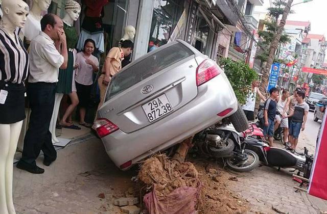 Ô tô mất lái húc đổ cây xanh, đè 4 xe máy