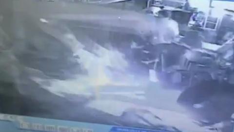 10 clip 'nóng': Hành động giữa cao tốc khiến hàng triệu người xúc động
