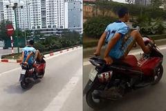 Nam thanh niên lái xe máy bằng chân, đi vào làn buýt nhanh