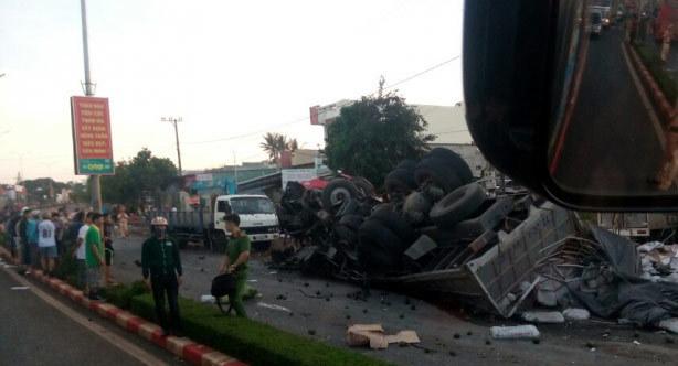 Xe tải đi ngược chiều đâm xe khách, 12 người chết