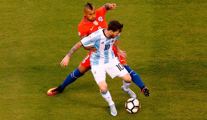 Pep mong MU vô địch Europa League, Vidal 'xỏ xiên' Messi