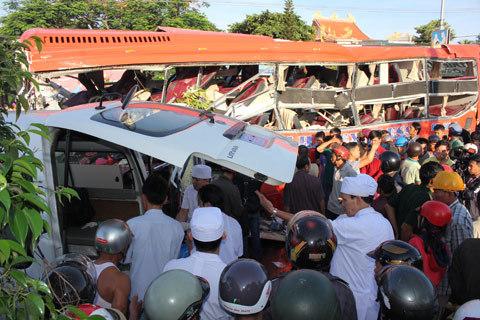 Hiện trường kinh hoàng vụ tai nạn 12 người chết, xe tải chạy 105km/h