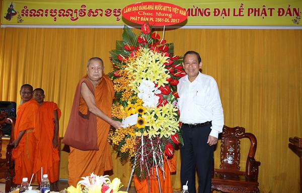 Phó Thủ tướng thường trực chúc mừng Lễ Phật đản tại Cần Thơ