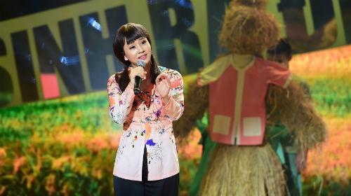 Màn trình diễn ca khúc Chiếc áo bà ba của Thúy Hiền