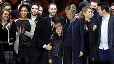 Hình ảnh tân tổng thống Pháp mừng chiến thắng bên đại gia đình