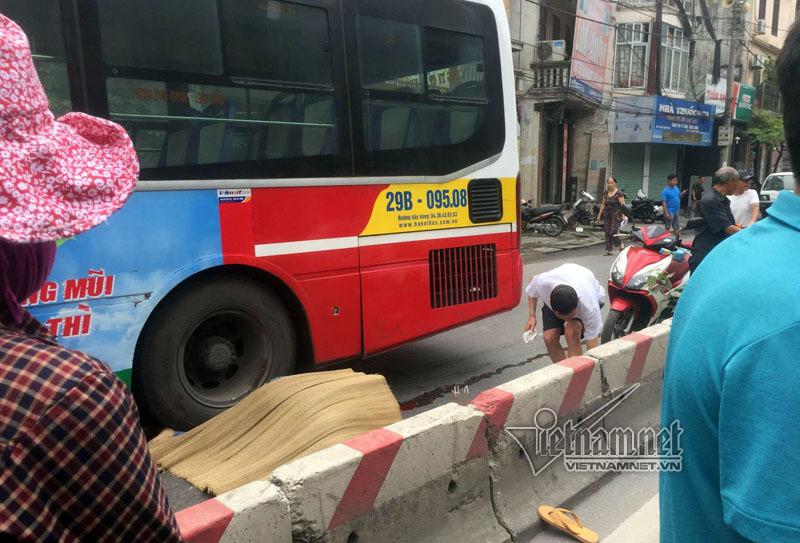 Xe buýt cán chết người trên phố Hà Nội