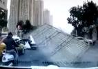 Mái tôn bay chém ngang người đàn ông đi xe máy