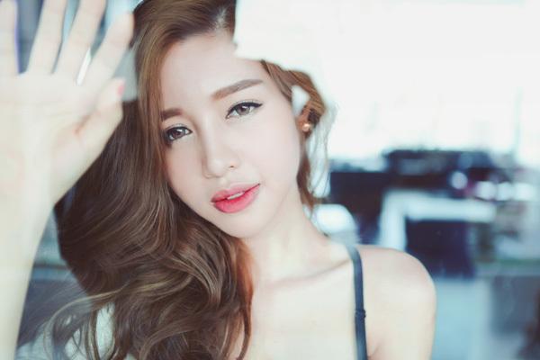 Đường cong vạn người mê của gái hai con Elly Trần