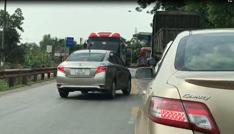 Ô tô con chạy lấn làn bị tài xế xe khách 'dạy' bài học nhớ đời