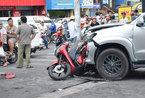 3 ô tô tông liên hoàn ép xe máy SH, 1 người bị thương nặng