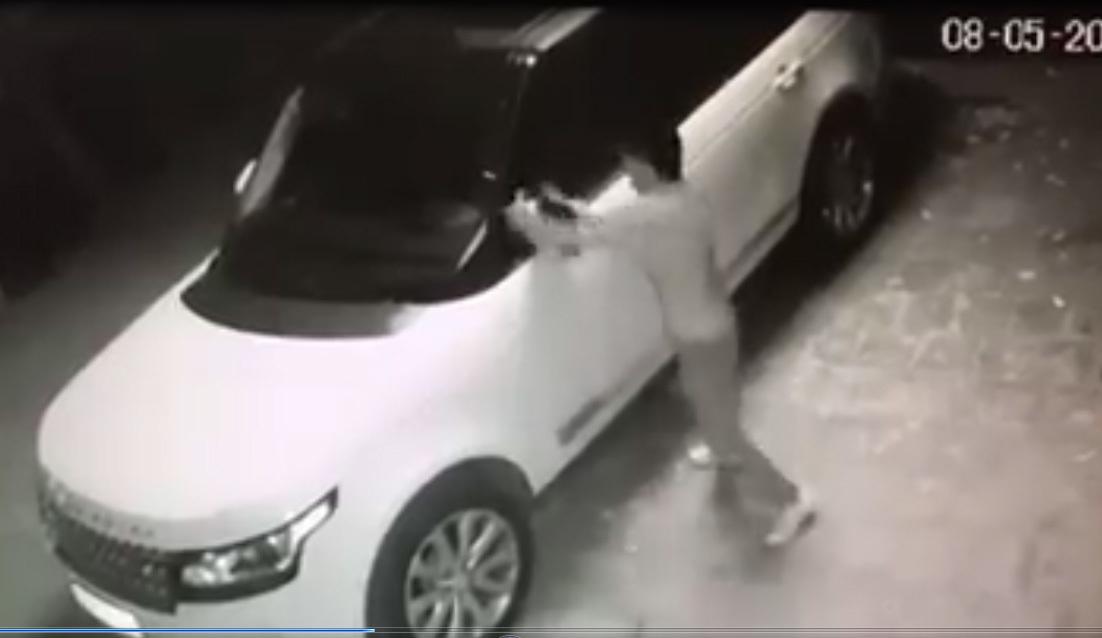 Kẻ gian 'vặt' gương siêu xe trong tích tắc