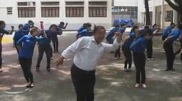 """Thầy giáo già nhảy múa vui nhộn theo bài """"Đàn gà con"""""""