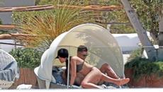 """Ronaldo diễn cảnh """"nóng"""" với bồ yêu ngoài biển"""