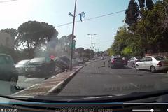 Audi A3 bốc cháy sau khi va chạm trên đường