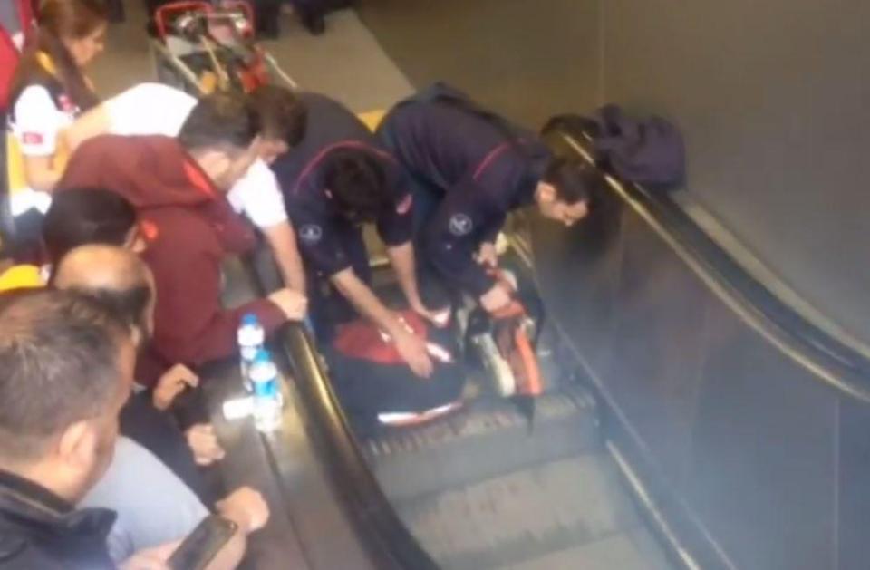 Bé 9 tuổi bị thang cuốn 'nuốt' chân, hàng chục người lao vào cứu