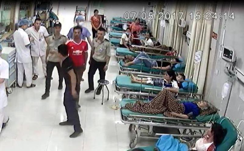 Triệu tập đối tượng cầm dao đe dọa bác sĩ BV Hùng Vương