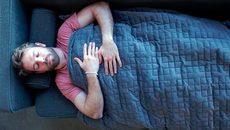 Chăn trọng lực nặng 11 kg giúp xả stress và ngủ ngon không ngờ