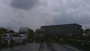 Xe container húc văng xe Lexus và 2 ô tô tải