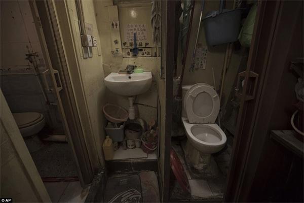 Hình ảnh khó tin trong khu nhà ổ chuột ở Hong Kong