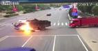 Xe máy đâm trúng bình xăng khiến xe tải bốc cháy kinh hoàng