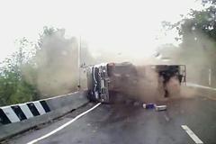 Xe tải lật trượt hàng trăm mét, lái xe máy thoát chết kỳ diệu