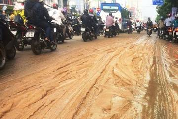 Cửa ngõ Sài Gòn biến thành 'đường làng', nhiều người té ngã