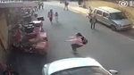 Nữ sinh tiểu học lao người cố hứng bé trai rơi từ tầng 3 xuống đất