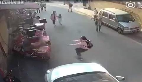 Nữ sinh lao người cứu bé trai, người xung quanh chỉ đứng nhìn
