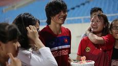 Fan nữ tặng quà bất ngờ, Tuấn Anh xúc động suýt khóc