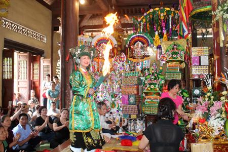 Yên Bái, Mẫu Thượng ngàn, đền Đông Cuông, tục treo trâu