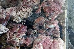 Bán rẻ thịt lợn nhà, người phụ nữ bị hắt dầu luyn trộn nước thải vào người