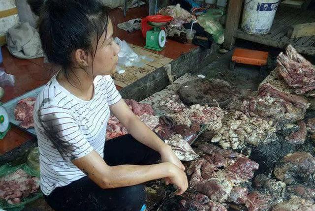 Bán thịt lợn giá rẻ, người phụ nữ bị hắt dầu luyn trộn chất thải vào người