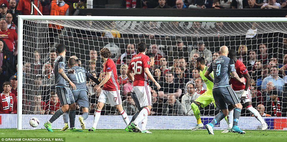 Khoảnh khắc không dành cho người yếu tim ở Old Trafford
